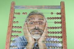 Denkender Mann und alter Abakus stockfotografie