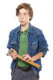 Denkender Teenager, der einen Hammer in seinen Händen hält  Lizenzfreies Stockbild