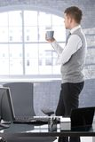 Denkender trinkender Tee des Geschäftsmannes Lizenzfreie Stockfotografie
