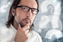 Denkender und fragender Geschäftsmann Lizenzfreies Stockfoto