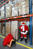 Denkender Weihnachtsmann im Lagerhaus Lizenzfreie Stockfotos