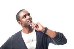 Denkender zufälliger gekleideter schwarzer Mann lizenzfreie stockfotografie