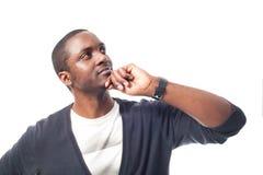 Denkender zufälliger gekleideter schwarzer Mann mit blauer Strickjacke Stockfoto