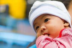 Denkendes asiatisches Schätzchen stockfotos