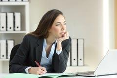 Denkendes Büro weg betrachten der Geschäftsfrau lizenzfreies stockfoto