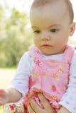Denkendes Baby, das unten schaut stockfotos