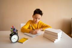 Denkendes Kind bohrte, frustriert und seine Hausarbeit oben tun eingezogen stockbilder