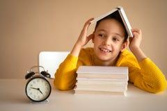 Denkendes Kind bohrte, frustriert und seine Hausarbeit oben tun eingezogen stockfotos