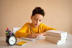 Denkendes Kind bohrte, frustriert und seine Hausarbeit oben tun eingezogen lizenzfreie stockfotografie
