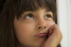 Denkendes kleines Mädchen Lizenzfreies Stockbild