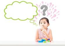 Denkendes kleines Mädchen mit Blase und Fragezeichen oben Lizenzfreies Stockfoto