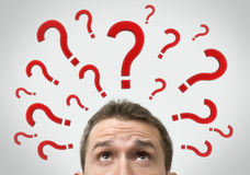 Denkendes Konzept des Mannes mit Fragezeichen Stockfotografie