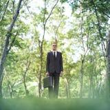 Denkendes Konzept Geschäftsmann-Standing Green Grasss Lizenzfreies Stockfoto
