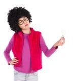 Denkendes nerdy Mädchen, das eine Glühlampe hält Stockbilder