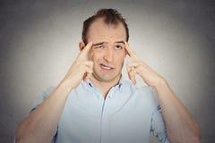 Denkendes sich große Mühe geben des jungen Geschäftsmannes des Headshot, sich an etwas zu erinnern Stockfoto
