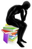Denkendes Sitzen des Denkers auf Büchern Lizenzfreie Stockfotos