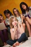 Denker-Mädchen am Telefon Stockfotografie