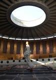 Denkmal der ewigen Flamme mit steigendem Dunst von Heißluft in Wolgograd stockfoto