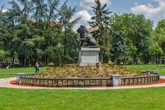 Denkmal des ersten und 6. Infanterie-Regiments im Park vor nationalem Palast der Kultur herein so stockfoto