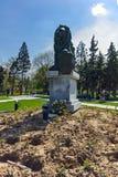 Denkmal des ersten und 6. Infanterie-Regiments im Park vor nationalem Palast der Kultur in Sofia stockfoto