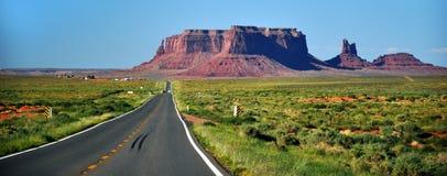 Denkmal-Tal-Navajo-Inder-Stammes- Park-Anflug Lizenzfreie Stockfotos