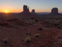 Denkmal-Tal am Sonnenaufgang stockfotos