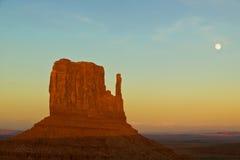 Denkmal-Tal-Sonnenuntergang mit Mond Stockfotos