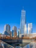 9/11 Denkmal am World Trade Center-Bodennullpunkt mit einem World Trade Center-Turm auf dem Hintergrund - New York, USA Lizenzfreies Stockbild