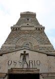 Denkmal zu den italienischen gefallenen Soldaten im Ersten Weltkrieg mit ossu Lizenzfreie Stockfotos