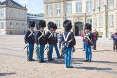 denmark copenhagen Ändra av vakten av Amalienborg PA Arkivfoton