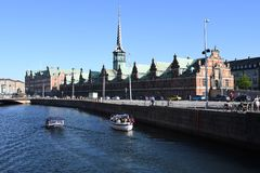 DENMARK`S WEATHER_SUN SHINE BOAT CRUSING TOURISTS. Copenhagen/Denmark 25.May 2018_ Foreign and local tourists enjoy boat canal crusing in Copenhagen  canal in Stock Photography