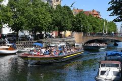 DENMARK`S WEATHER_SUN SHINE BOAT CRUSING TOURISTS. Copenhagen/Denmark 25.May 2018_ Foreign and local tourists enjoy boat canal crusing in Christianshavn canal in Stock Photos