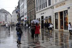 DENMARK_TRAVELERS IN SHOPPER IN RAINY WEATHER Royalty Free Stock Photos