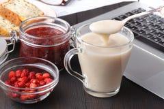 denmejeri strikt vegetarianhavren mjölkar med bär som är sunda bantar Arkivfoton