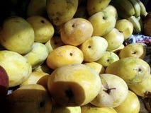 Denna är bilden av den gula mango med någon banan royaltyfri foto