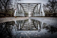 Denna är en bro över vatten Arkivfoto