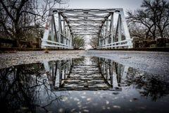 Denna är en bro över vatten royaltyfri bild