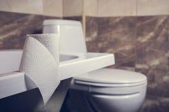 Denna är en closeup av ett toalettpapper Arkivbild