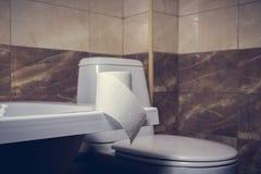 Denna är en closeup av ett toalettpapper Arkivfoton