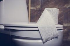 Denna är en closeup av ett toalettpapper Royaltyfri Bild