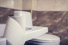 Denna är en closeup av ett toalettpapper Royaltyfria Bilder