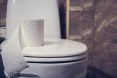 Denna är en closeup av ett toalettpapper Arkivfoto