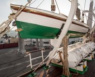 En lifeboat på en seglingship Royaltyfri Foto