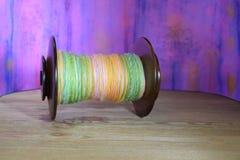 Denna är en spole för snurrhjul som fylls med handen rotert garn Royaltyfria Bilder