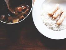 Denna är kareraisucurry över ris i den vita plattan ovanför trä Fotografering för Bildbyråer