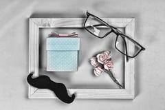Denna är mappen av formatet EPS10 Hemlagad gåvaask, symbolerna av Dag-exponeringsglas för fader` s, mustascher, rosor BEGREPPSlyc Arkivbild