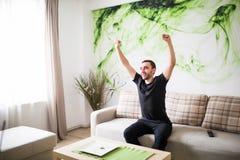 Denna är vår seger Stilig man som firar seger av hans lag arkivbilder