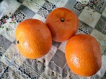 Denna apelsin är en kinesisk frukt royaltyfria foton