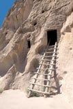 Denna Cavate som kallas Grotta Kiva Bandelier nationell monument som är ny Royaltyfri Fotografi