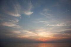 Denna głąbik scena w oceanie, plażowy oceanu zmierzchu krajobraz bryg Obrazy Royalty Free